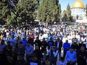 Onbinler Mescid-i Aksa'da Cuma Namazı Kıldı