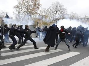 Paris'te Protestoculara Biber Gazlı Polis Müdahalesi