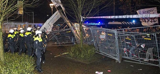 Hollanda'da Mülteci Düşmanı Bir Grup, Polisle Çatıştı