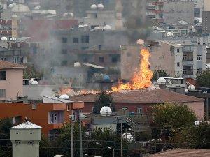 PKK Cizre'de İki Okulun Çatısını Ateşe Verdi