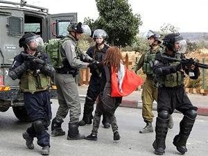 İşgalci İsrail Askerleri Filistinli Kız Çocuğunu Gözaltına Aldı!