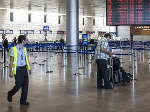 İsraillilerden Hadsizlik: 2 Filistinli Uçaktan İndirildi!
