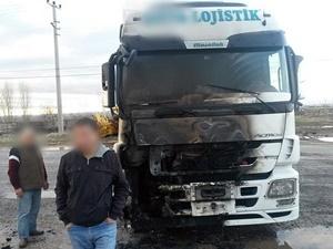 Şırnak'ta PKK'lılar Yol Kesip TIR Yaktı!