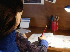 Fazla Ödev Çocuğun Doğasındaki Üretkenliği Kısıtlıyor