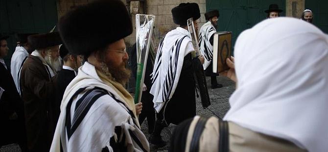 120 İsrailli Yerleşimci Mescid-i Aksa'nın Avlusuna Girdi!