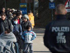 Sığınmacılara Kılıç ve Sopalarla Saldırdılar