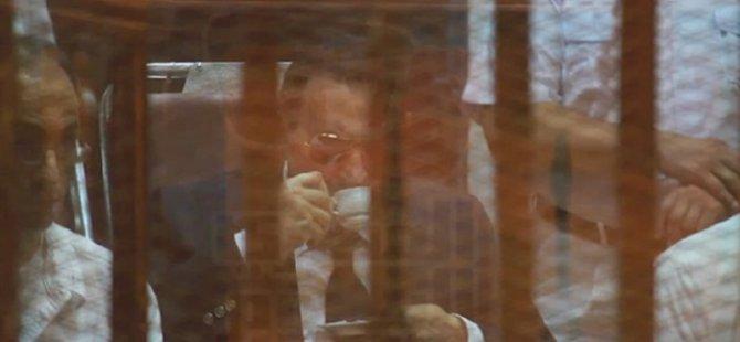 Mübarek'in Hakim Karşısında Keyif Kahvesi!
