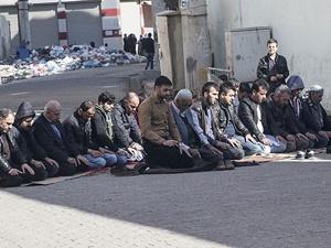 Cizre'de Sokakta Cuma Namazı Kılındı