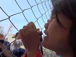 Afganistanlı Kız Çocuğunun Tel Örgüleri Aşan Çığlığı!