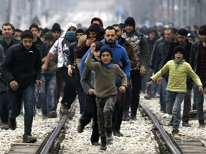 Mülteciler Dikenli Telleri Aşmaya Çalışıyor