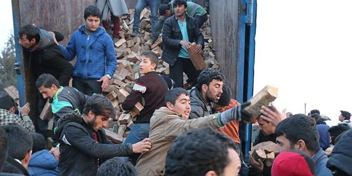 Yunanistan-Makedonya Sınırında Odun İzdihamı!