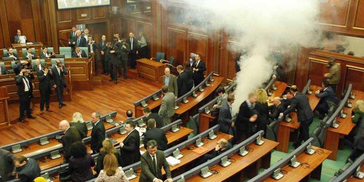 Kosova Meclisi'nde Gaz Bombalı Protesto