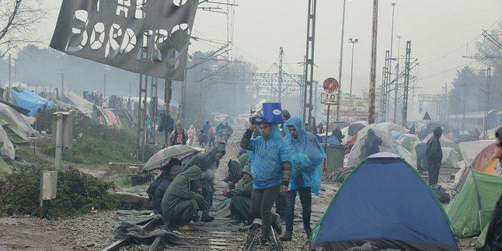 Sığınmacıların Demiryolundaki Eylemi Sürüyor