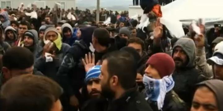 İdomeni'deki Mültecilerden Protesto: Sınırları Açın!