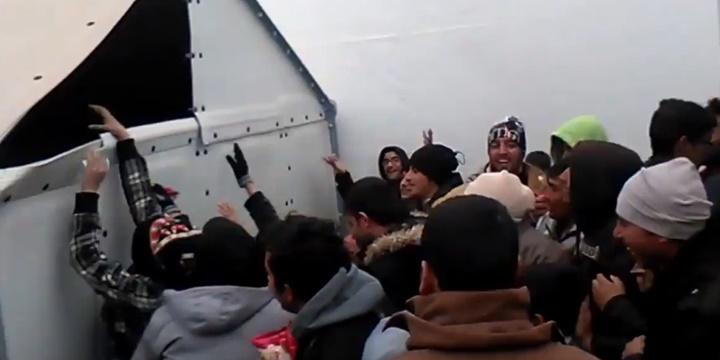 Yunanistan'da Yardımlar Gayr-i İnsanî Bir Şekilde Dağıtıldı!