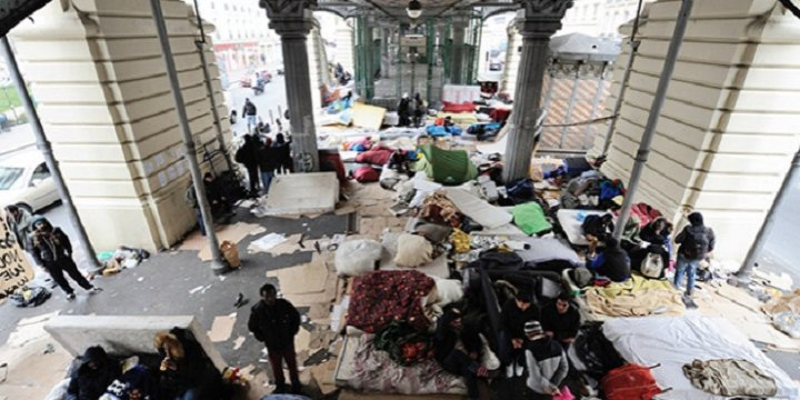Paris'te Köprü Altındaki Sığınmacılar Tahliye Edildi
