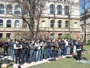 Berlin Teknik Üniversitesi'nde Mescid Kapatıldı: Cuma Namazı Bahçede Kılınıyor!