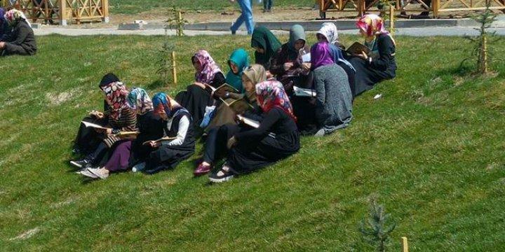Üniversite Öğrencilerinden Kur'an Okuma Etkinliği