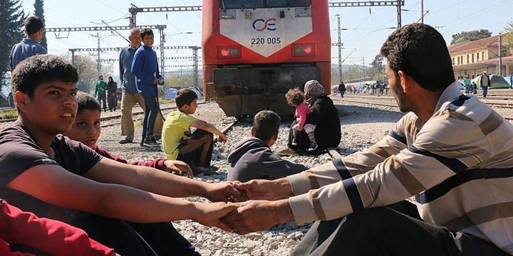 İdomeni'de Mülteciler Demiryolunu Kapattı