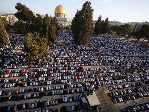 Siyonistler, Namaz Kıldıkları Gerekçesiyle Filistinlileri Gözaltına Aldı