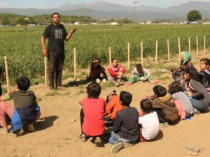 İdomeni'deki Sığınmacı Kampına Çadırdan Okul