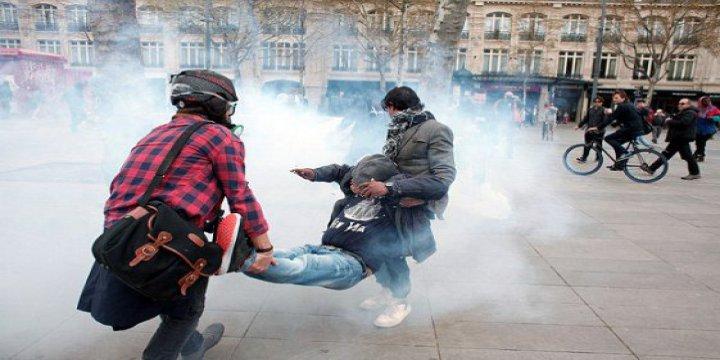 Paris'te Polis Kadın Eylemciyi Tekmeledi