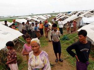 Arakanlı Müslümanların Kampında 56 Barınak Kül Oldu