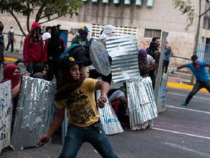 Venezuela'da Göstericilerle Polis Çatıştı
