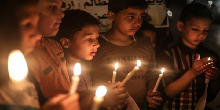 Gazze'de Ablukaya 'Mumlu' Protesto