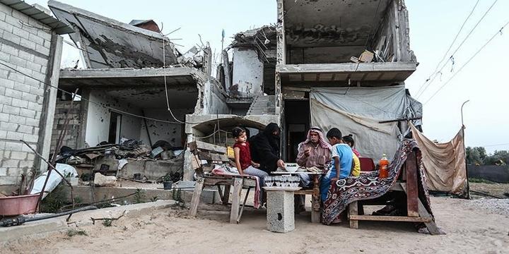 Filistinli Aile İşgalci İsrail'in Yıktığı Evlerinde İftar Açıyor!