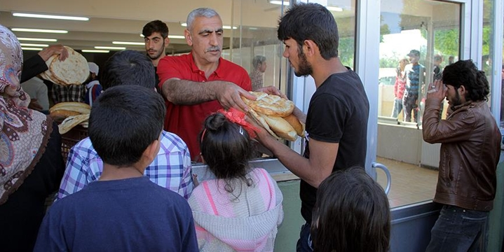 Elazığ'da Mülteci Ailelere Ücretsiz Ekmek Dağıtılıyor