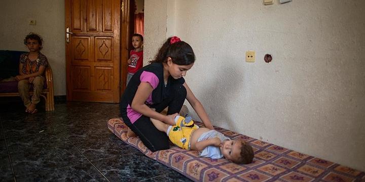 12 Yaşındaki Filistinli Emira 6 Kardeşine Annelik Yapıyor!
