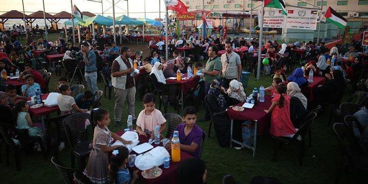İHH Gazze'de 200 Filistinli Yetime İftar Verdi