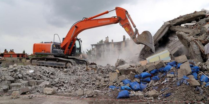 Yüksekova'da Hasarlı Binalar Yıkılıyor