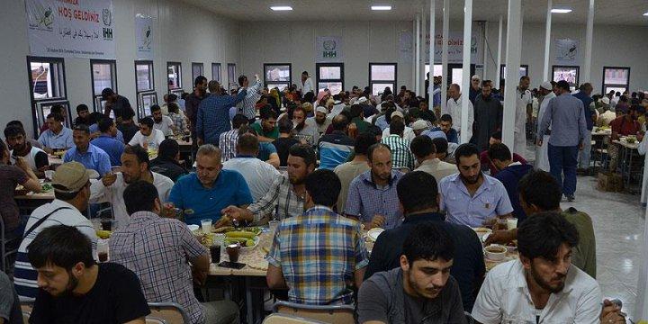 İHH Azez'de 700 Kişiye İftar Verdi