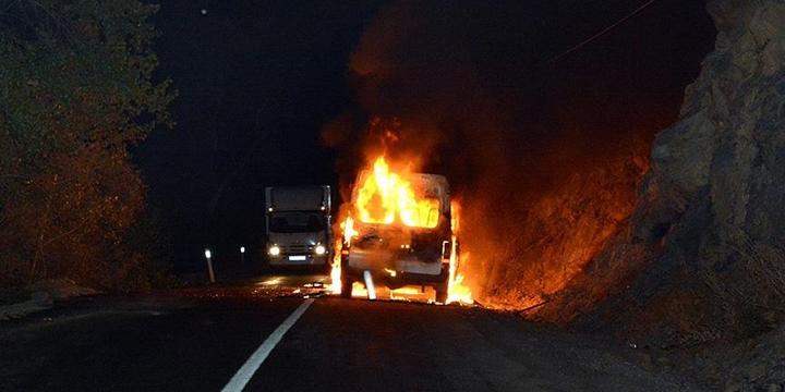Tunceli'de PKK'lılar Yol Kesip Araç Yaktı!