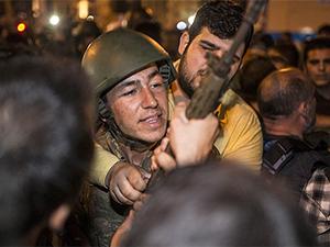 Taksim Anıtı'nda Bekleyen Askerler Gözaltına Alındı (FOTO)