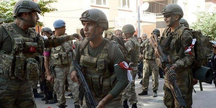 Malatya'da Darbeye Katılmayan Askerler Flama Taktı