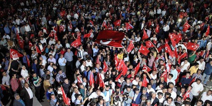Hakkari'de Darbe Protestoları Sürüyor