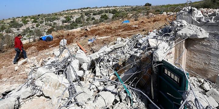 İşgalci İsrail Filistinlilere Ait Evleri Yıktı!