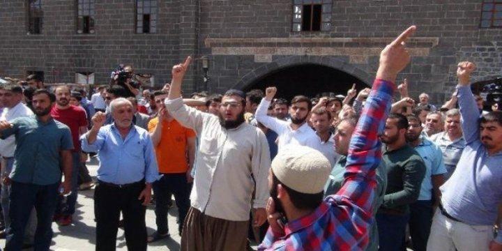 Camide Provokatörlük Yapan PKK'lıya Cemaatin Tepkisi