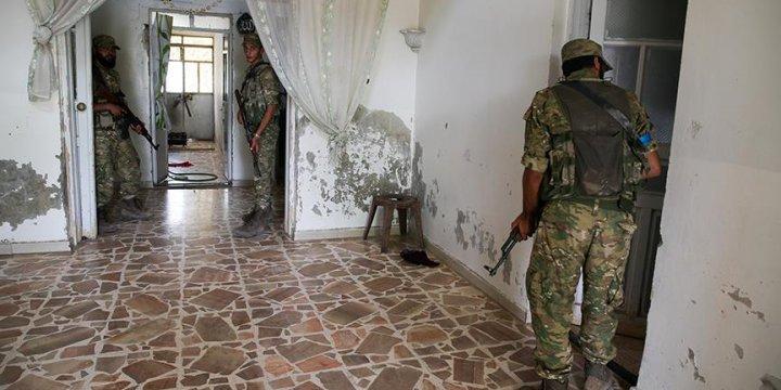 Direnişçiler Cerablus'ta IŞİD'in Boşalttığı Evlerde Arama Yapıyor