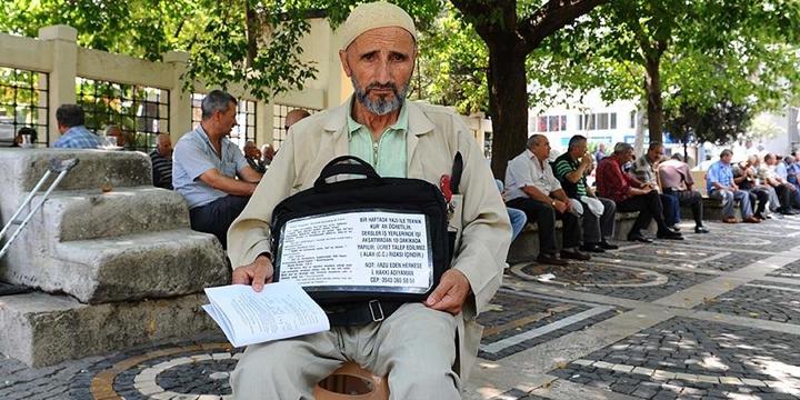 Kapı Kapı Dolaşıp Kur'ân Okumayı Öğretiyor