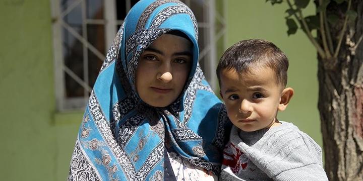 PKK'nın Yetim Bıraktığı Bebeğe Ablası Annelik Yapıyor