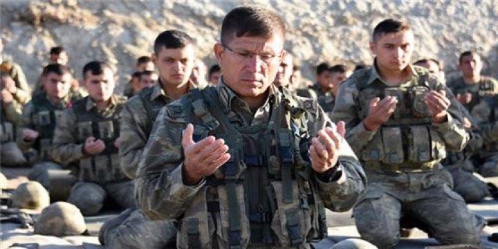 Sözcü Yazarı Askerlerin Namaz Kılmasından Rahatsız Oldu