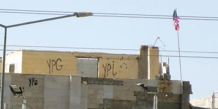 PKK/PYD Halen Ortağı ABD'nin Bayraklarını Dalgalandırıyor