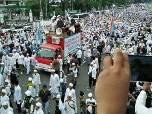 Endonezya'da 1 Milyondan Fazla Müslüman Sokağa Döküldü!