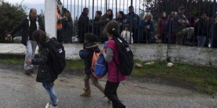 Yunanistan'da Mülteci Çocuklara Karşı Utanç Verici Kare