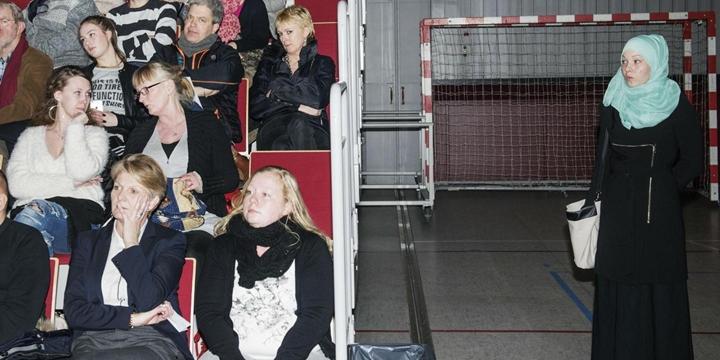 """Bu Fotoğraf Danimarka'daki """"Yabancı Karşıtlığı""""nın Simgesi Oldu!"""