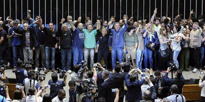 Brezilya'da Darbe Yanlıları Kongre'yi Bastı